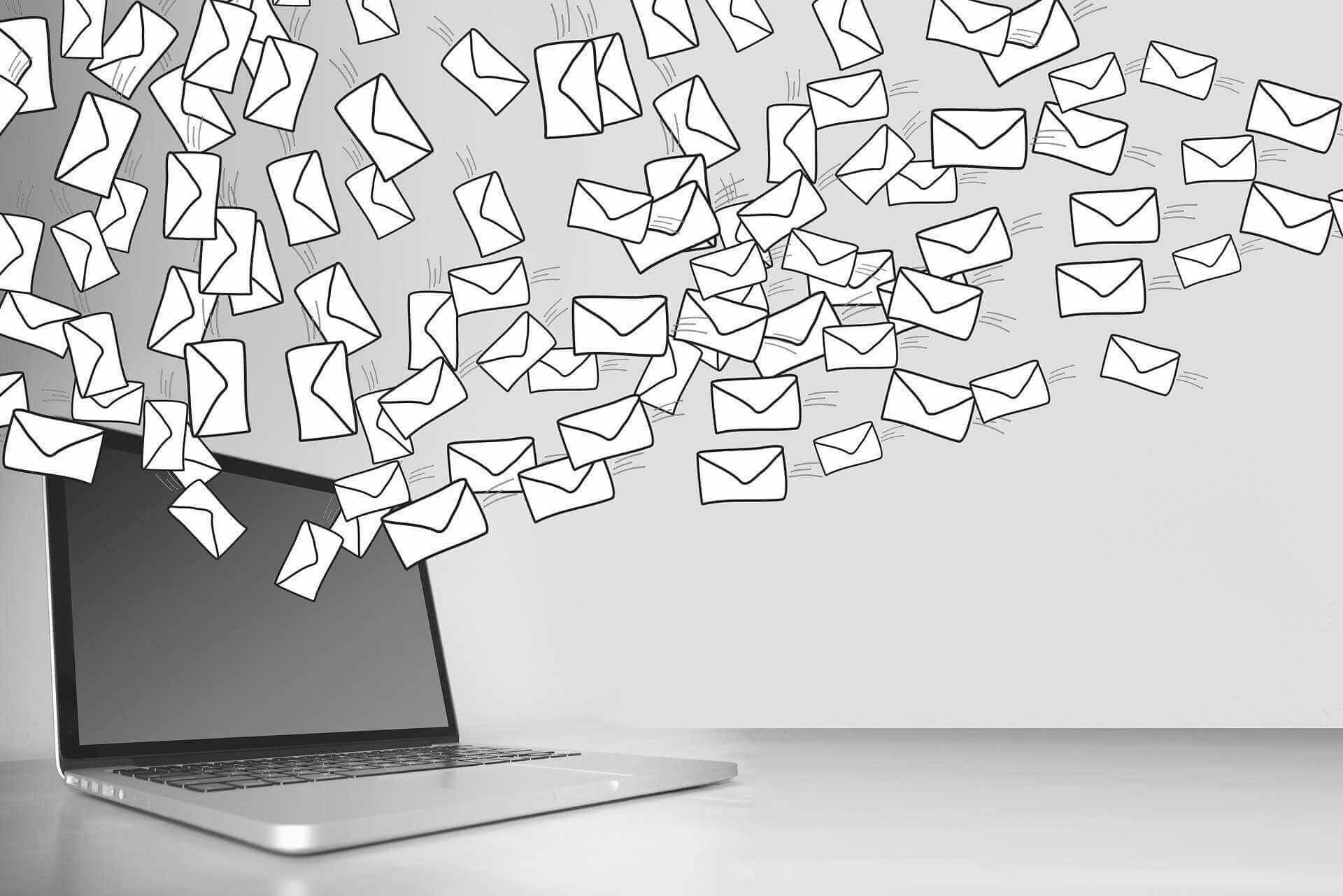 Laptop mit Symbol für E-Mails