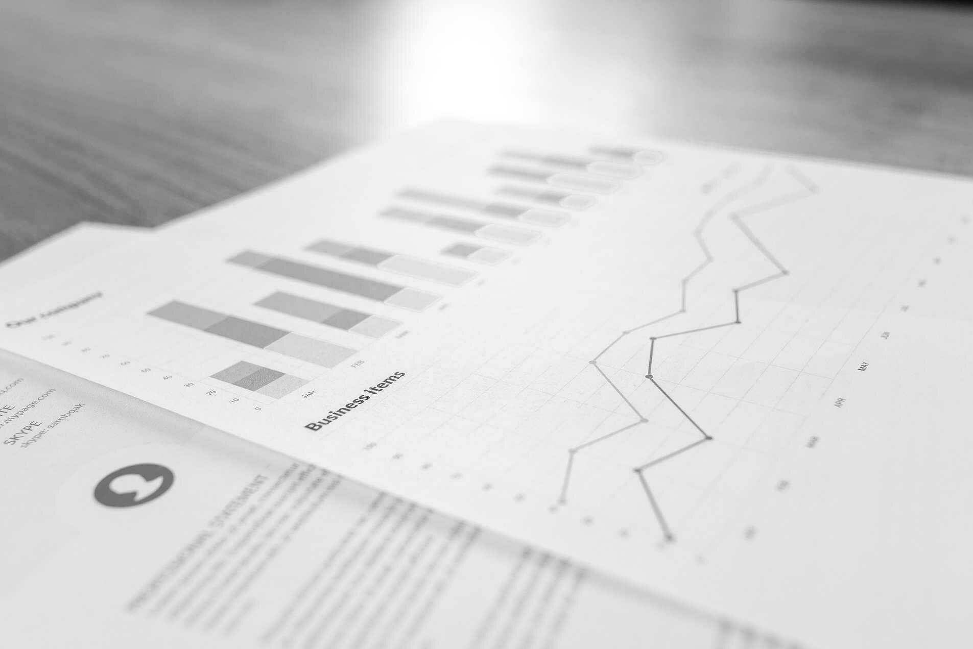 Papiere als Symbolbild für Berichte und Evaluationen