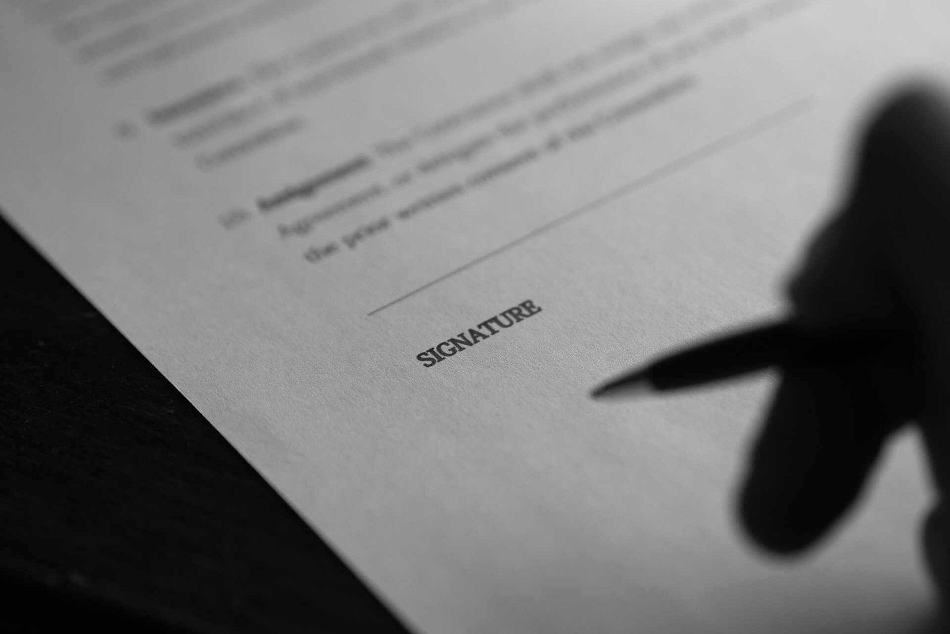 Vertrag beim Unterschreiben