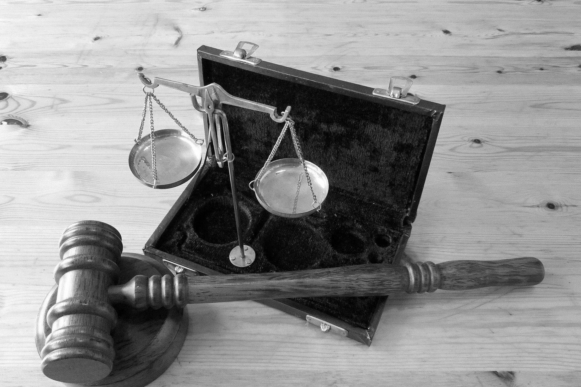 Richterhammer und Waage