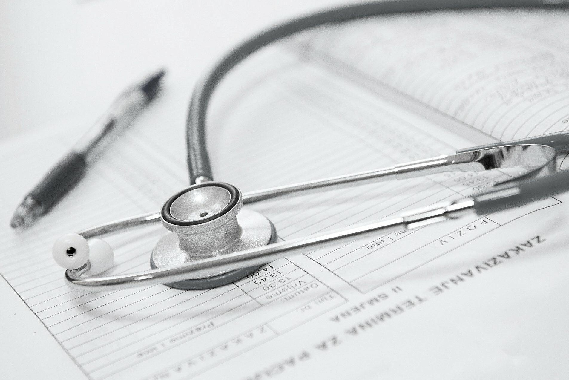 Datenschutz im Gesundheitswesen. Patientenakte und Fonendoskop